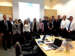 Das Team der e-GAP-Begleitforscher zusammen mit Hr. Alexander Horn vom Bayerischen Staatsministerium für Wirtschaft und Medien, Energie und Technologie (ganz links) sowie Hr. Bernd Bamberg vom Projektträger Jülich (3. von rechts)